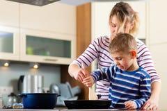 Família que cozinha na cozinha foto de stock