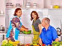 Família que cozinha na cozinha Imagem de Stock Royalty Free