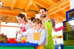 Família que cozinha no alimento saudável da cozinha doméstica Foto de Stock