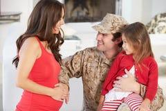 Família que cumprimenta o pai militar Home On Leave imagens de stock royalty free