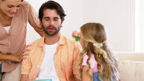Família que dá um presente ao pai video estoque