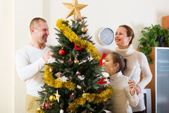 Família que decora a árvore de Natal Imagem de Stock Royalty Free
