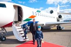 Família que deixa o avião comercial Fotos de Stock Royalty Free
