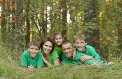 Família que descansa no parque Imagem de Stock Royalty Free