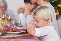 Família que diz a benevolência antes do comensal Fotografia de Stock Royalty Free
