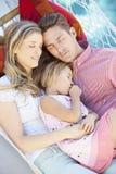 Família que dorme na rede do jardim junto Imagem de Stock Royalty Free