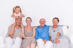Família que encontra-se em casa imagem de stock