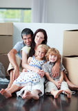 Família que encontra-se no assoalho após ter comprado uma casa Fotografia de Stock