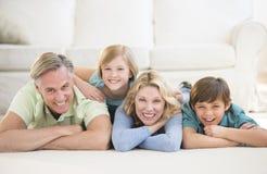 Família que encontra-se no assoalho em casa fotos de stock royalty free
