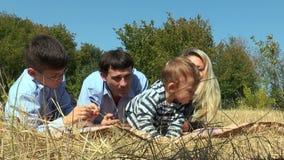 Família que encontra-se no prado que enfrenta a câmera vídeos de arquivo
