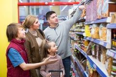 Família que escolhe o cereal no supermercado fotos de stock