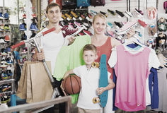 Família que escolhe a vária roupa Fotos de Stock