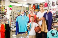 Família que escolhe a vária roupa Fotografia de Stock