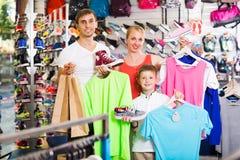 Família que escolhe a vária roupa Foto de Stock