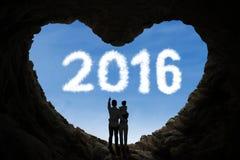Família que está a caverna interna com números 2016 Imagem de Stock Royalty Free