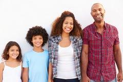 Família que está fora contra o ½ branco do ¿ de Wallï fotografia de stock