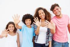 Família que está fora contra a parede branca e a ondulação imagem de stock royalty free