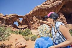 Família que explora junto no parque nacional dos arcos Imagens de Stock