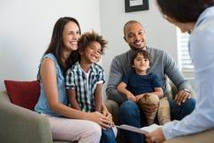 Família que fala com conselheiro imagem de stock royalty free