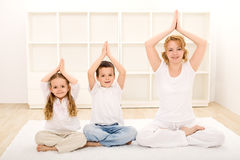 Família que faz exercícios da ioga Fotos de Stock Royalty Free