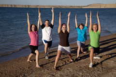 Família que faz a ioga Fotografia de Stock