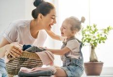 Família que faz a lavanderia em casa Imagens de Stock