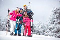 Família que faz o selfie junto na montanha nevado fotografia de stock royalty free