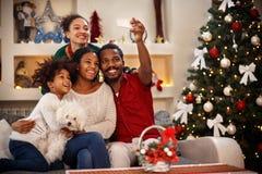 Família que faz o selfie para o Natal imagem de stock