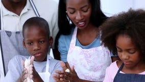 Família que faz a pastelaria video estoque