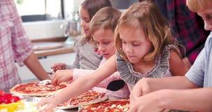 Família que faz a pizza na cozinha junto video estoque