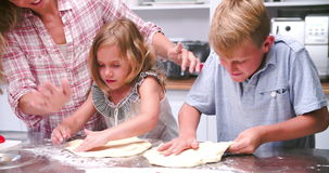 Família que faz a pizza na cozinha junto vídeos de arquivo