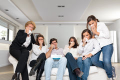 Família que grita no sofá foto de stock