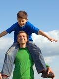 Família que joga com as nuvens Fotografia de Stock Royalty Free