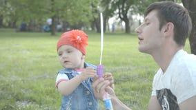 Família que joga com bolhas vídeos de arquivo