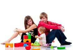 Família que joga com brinquedos Fotos de Stock Royalty Free