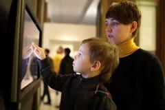 Família que joga com tela táctil Fotos de Stock
