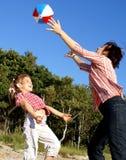 Família que joga a esfera Foto de Stock