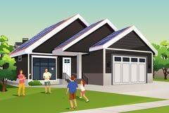 Família que joga fora de sua casa com telhado solar Fotos de Stock