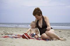Família que joga na areia em Virginia Beach Virginia Oceanfront imagem de stock