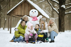Família que joga na neve fresca fotos de stock royalty free