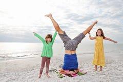 Família que joga na praia ensolarada. fotos de stock royalty free