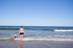 Família que joga no mar Imagens de Stock Royalty Free
