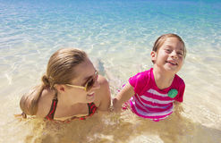 Família que joga no oceano bonito Fotografia de Stock Royalty Free