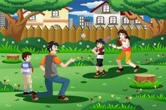 Família que joga o basebol exterior Imagem de Stock Royalty Free