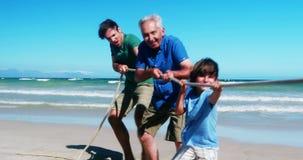 Família que joga o conflito na praia filme