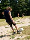 Família que joga o futebol Fotos de Stock Royalty Free
