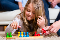 Família que joga o jogo de mesa em casa Foto de Stock Royalty Free