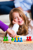 Família que joga o jogo de mesa em casa Imagens de Stock