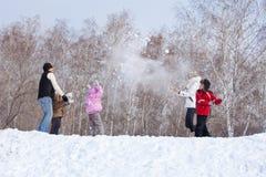 Família que joga o snowball Foto de Stock