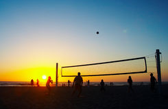 Família que joga o voleibol da praia Foto de Stock Royalty Free